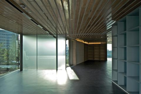 The 500kg glass door of the large multipurpose room slides open to connect the room to the entrance and library space.